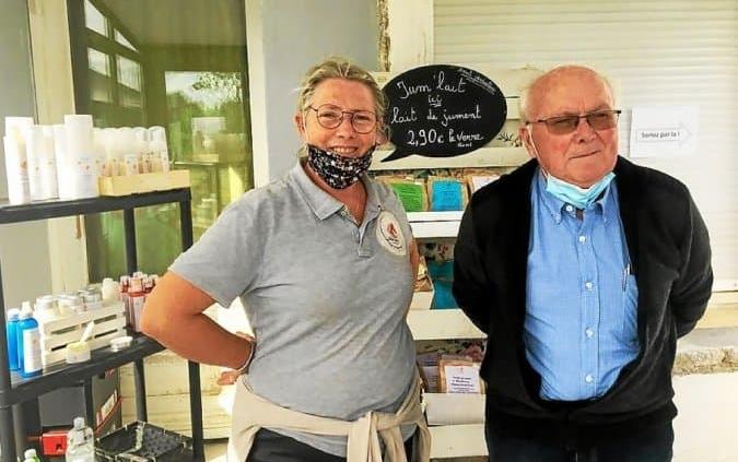 Le maire de Roudouallec, Paul Cozic est venu à la rencontre d'Isabelle Kerignard à la Jumenterie, dimanche.